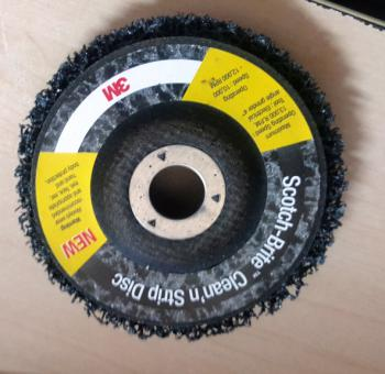 Bánh chà nhám phá sơn cũ, gỉ sét, mài góc 3M Scotch-Brite Clean'n Disc (đen)